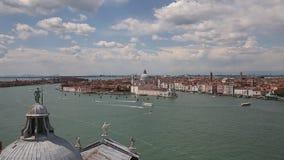 Vue supérieure de la lagune vénitienne avec des bateaux à voile et d'église de Santa Maria della Salute, Venise, Italie banque de vidéos