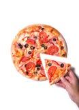 Vue supérieure de la main masculine sélectionnant la tranche savoureuse de pizza Image stock