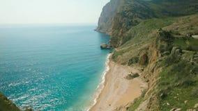 Vue supérieure de la mer et du canyon avec des usines projectile Vue supérieure de la belle plage en montagnes Jour ensoleillé ét banque de vidéos