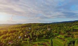 Vue supérieure de la petite petite maison de village, la forêt dans les montagnes photos stock