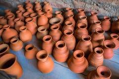 Vue supérieure de la poterie faite main traditionnelle indienne de différentes tasses et cruches classées, Chennai, Inde, le 25 f Images stock