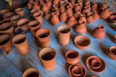 Vue supérieure de la poterie faite main traditionnelle indienne de différentes tasses, lampes, et cruches classées, Chennai, Inde Photo libre de droits