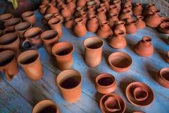 Vue supérieure de la poterie faite main traditionnelle indienne de différentes tasses, lampes, et cruches classées, Chennai, Inde Images libres de droits
