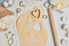 Vue supérieure de la préparation des biscuits en forme de coeur Image stock