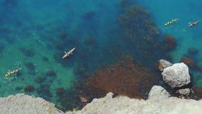 Vue supérieure de la roche des kayaks kayaking et appréciant les eaux bleues clair comme de l'eau de roche tropicales de turquois images libres de droits