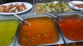 Vue supérieure de la sélection de divers plateaux avec la nourriture et les épices asiatiques délicieuses sur une stalle de march clips vidéos