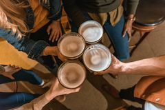 vue supérieure de la société cultivée tenant des verres avec de la bière Photos libres de droits