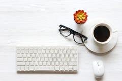 Vue supérieure de la table blanche de bureau avec beaucoup de bureau d'approvisionnement là-dessus image stock
