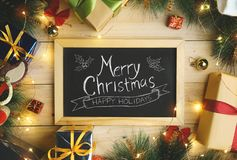Vue supérieure de la typographie de Joyeux Noël sur le tableau noir entouré photos stock