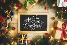 Vue supérieure de la typographie de Joyeux Noël sur le tableau noir entouré images stock
