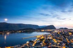 Vue supérieure de la ville d'Alesund au coucher du soleil Images libres de droits