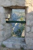 Vue supérieure de la ville d'Omis Croatie de la fenêtre étroite de la forteresse photographie stock