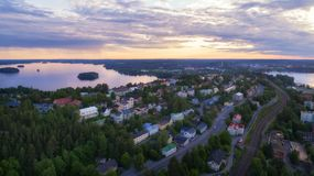 Vue supérieure de la ville de Tampere au beau coucher du soleil photo stock