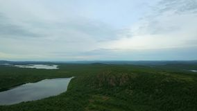 Vue supérieure de lac avec des pierres et très des rivages de vert image stock