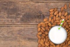 Vue supérieure de lait d'amande Photo stock