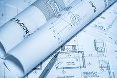 Vue supérieure de lieu de travail d'architectes des modèles Les projets architecturaux, modèles, modèle roule sur des plans avec  Photographie stock