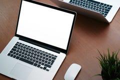 Vue supérieure de lieu de travail de bureau avec l'ordinateur portable et le téléphone intelligent sur le bois Image stock