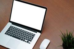 Vue supérieure de lieu de travail de bureau avec l'ordinateur portable et le téléphone intelligent sur le bois Photographie stock