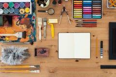 Vue supérieure de lieu de travail de peintre Table en bois d'un artiste avec des outils d'art pour le dessin Photographie stock