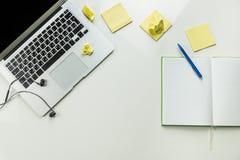 Vue supérieure de lieu de travail minimalistic de siège social avec l'ordinateur portable et l'ordinateur Photo stock