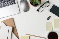 Vue supérieure de lieu de travail de bureau Bureau blanc avec l'espace de copie Vue plate de configuration sur la table avec l'or Images libres de droits