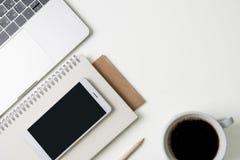 Vue supérieure de lieu de travail de bureau Bureau blanc avec l'espace de copie Vue plate de configuration sur la table avec l'or Photo libre de droits