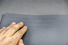 Vue supérieure de livre dans l'alphabet de Braille photos stock