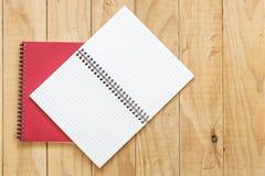 Vue supérieure de livre ouvert de rouge sur la table en bois Image libre de droits
