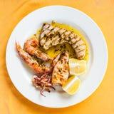 Vue supérieure de mélange grillé sicilien de poissons Photo stock