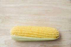 Vue supérieure de maïs frais sur la table en bois Photos stock