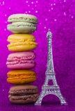 Vue supérieure de macaron ou de macaron coloré sur le fond rose Image stock