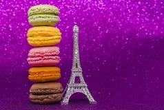Vue supérieure de macaron ou de macaron coloré sur le fond rose Photo stock