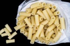 Vue supérieure de macaronis crus Images libres de droits