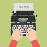 Vue supérieure de machine à écrire de vintage avec la feuille de papier blanc avec la dactylographie masculine de mains Image stock