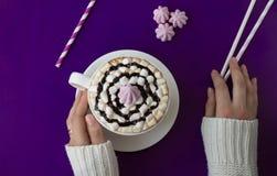 Vue supérieure de main de femme tenant une tasse de café au-dessus de flatlay photo stock