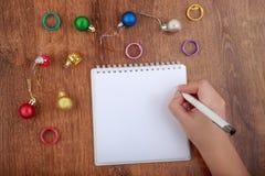 Vue supérieure de main vide de carnet et de femme avec le stylo, l'espace libre Fille écrivant pour faire la liste, l'espace de c Image libre de droits