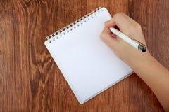 Vue supérieure de main vide de carnet et de femme avec le stylo, l'espace libre Lettre d'écriture de fille, l'espace de copie Con Images stock