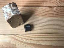 Vue supérieure de maison en céramique avec le bouton à la maison de l'ordinateur Photographie stock