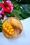 Vue supérieure de mangue douce de plat en bois avec le fond tropical de concept photographie stock