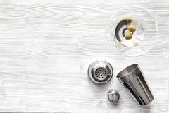 Vue supérieure de Martini et de dispositif trembleur de fond en bois Images stock