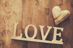 Vue supérieure de mot AMOUR des lettres et du coeur en bois Photographie stock libre de droits