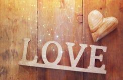 Vue supérieure de mot AMOUR des lettres et du coeur en bois Image libre de droits