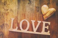Vue supérieure de mot AMOUR des lettres et du coeur en bois Photographie stock