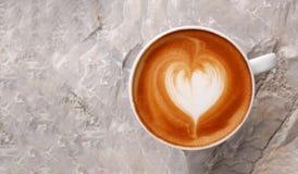 Vue supérieure de mousse chaude de forme de coeur d'art de latte de café sur le dos de marbre Photo stock