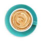 Vue supérieure de mousse chaude de spirale de latte de cappuccino de café dans la tasse verte de couleur verte d'isolement sur le Photo libre de droits