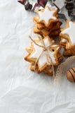 Vue supérieure de Noël de biscuits faits maison d'étoile photographie stock libre de droits