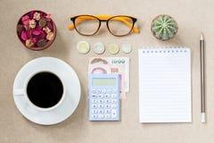 Vue supérieure de page de carnet de café et billet de banque et pièce de monnaie vides et Photos stock