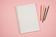 Vue supérieure de page vide de carnet avec les crayons colorés Image stock