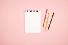 Vue supérieure de page vide de carnet avec les crayons colorés Photos stock