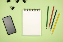 Vue supérieure de page vide de carnet avec les crayons colorés Images stock